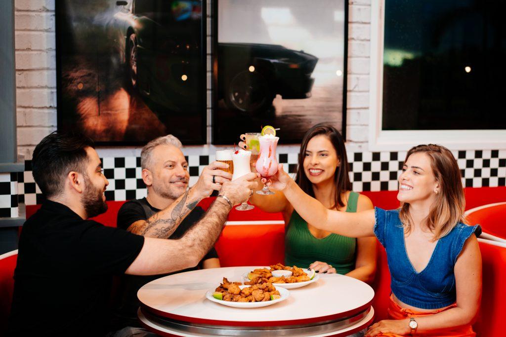 amigos comemorando na hamburgueria tematica do Movie Cars