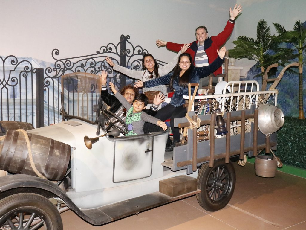 familia se divertindo no carro da FAmilia Buscapé no Movie Cars