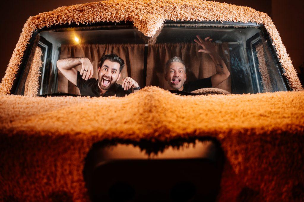 amigos se divertindo no Mutt Cutts do Debi e Loide no Movie Cars