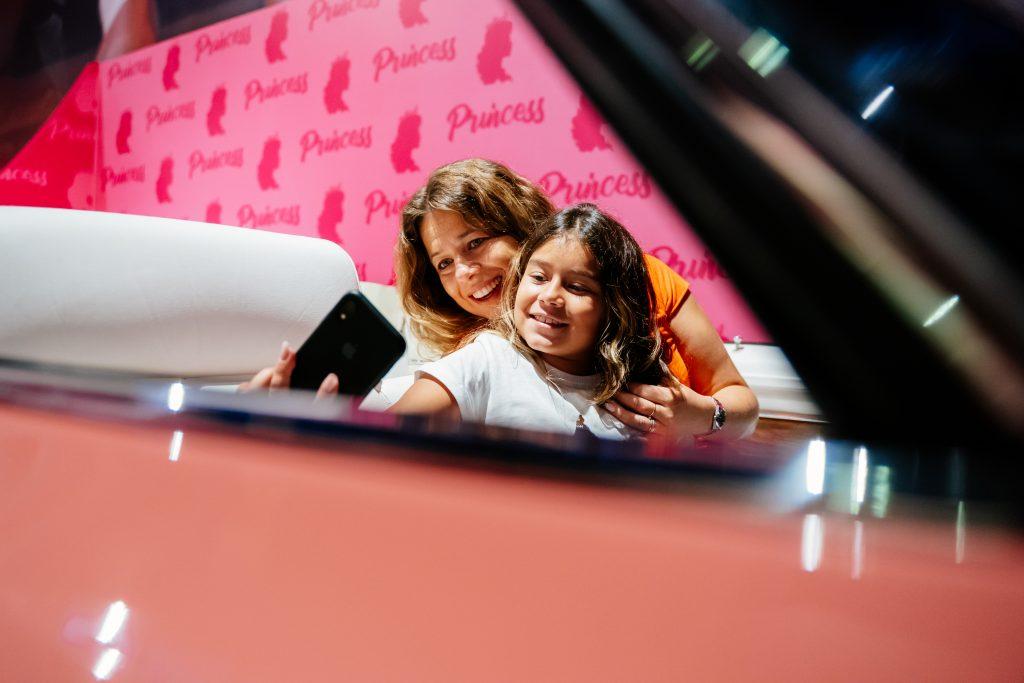 mae e filha no cadillac rosa das princesas no Movie Cars